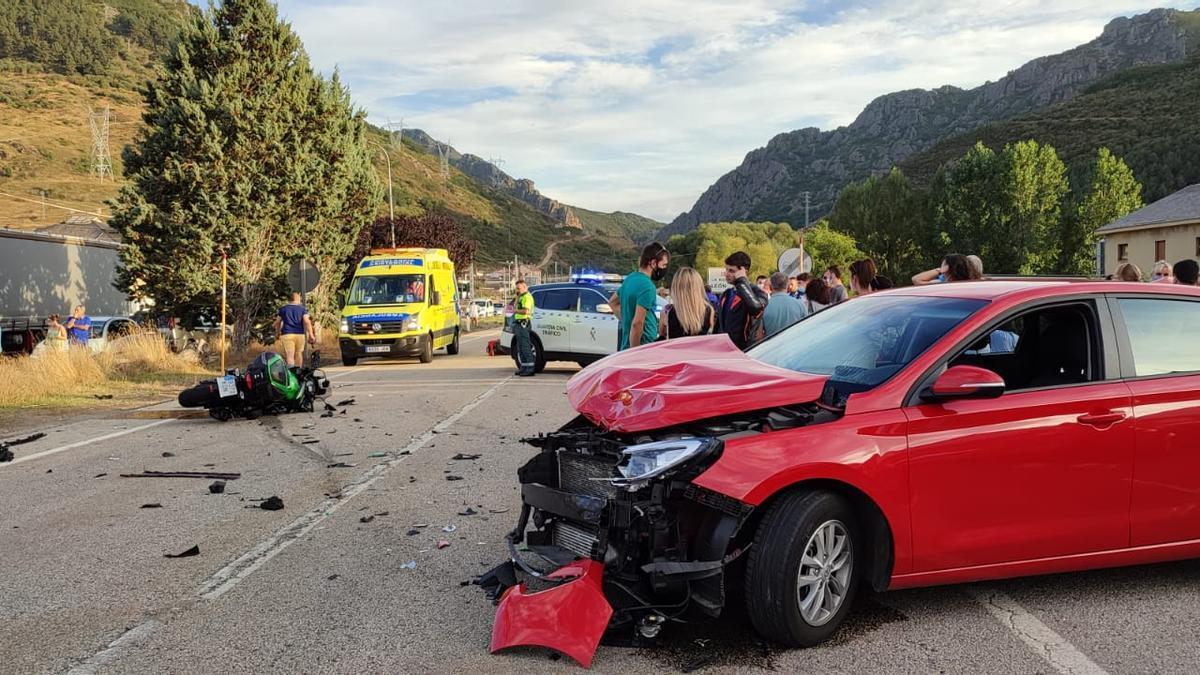 La motocicleta y el vehículo implicados en el accidente.