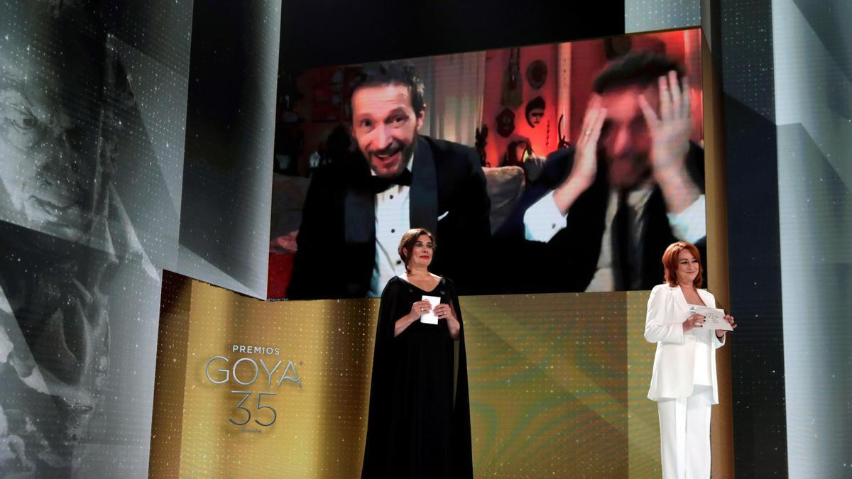 """El realizador Salvador Calvo (en la pantalla-i) recibe el Goya al Mejor Director por su trabajo en """"Adú""""."""