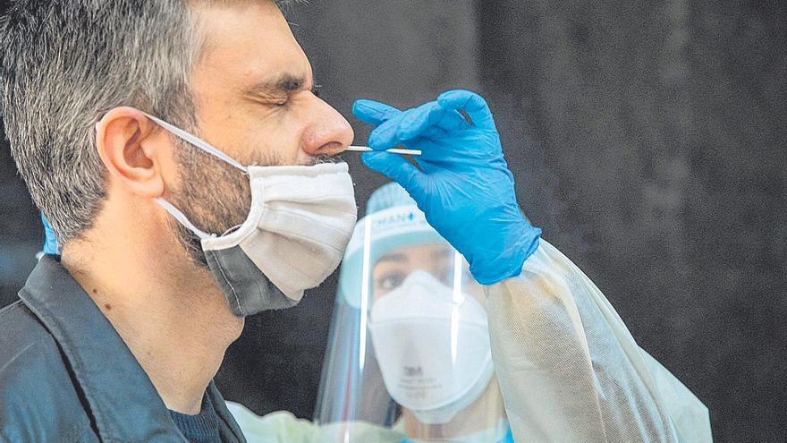 Nuevo récord de contagios en un día con 770 infecciones y Eivissa desbocada