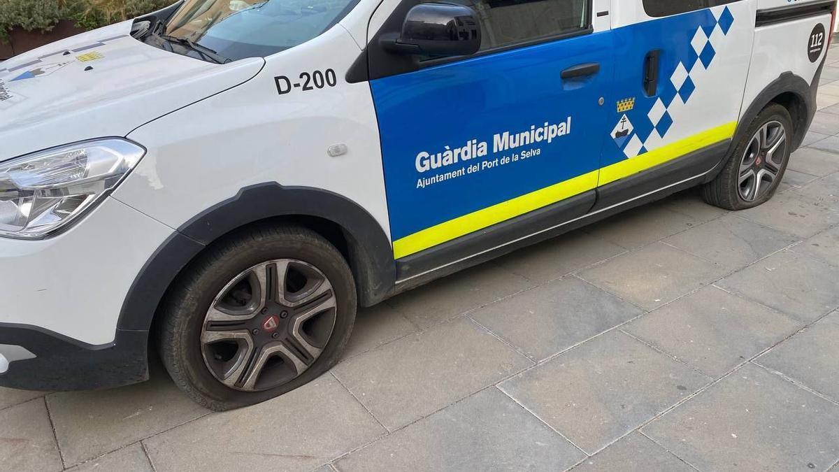 El vehicle de la Guàrdia Municipal del Port de la Selva amb les rodes rebentades