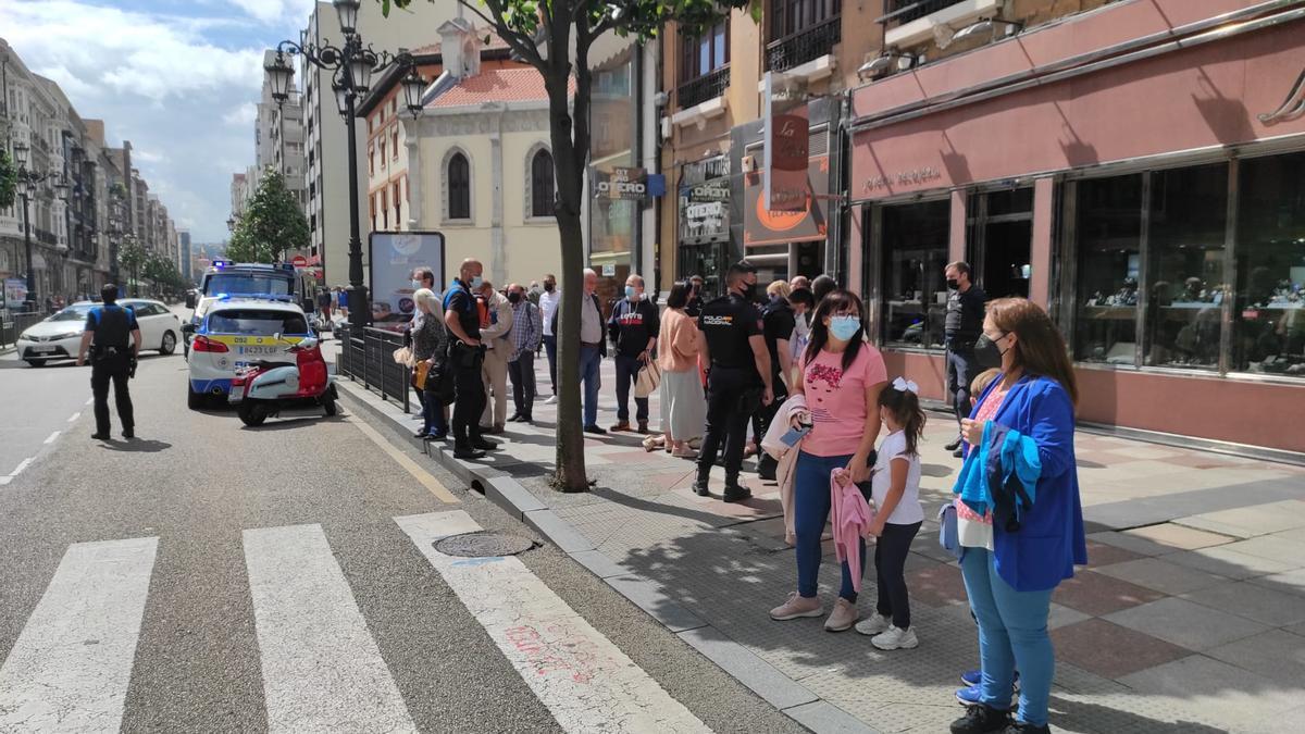 El servicio de ambulancias está atendiendo al hombre de la calle Uría de Oviedo.