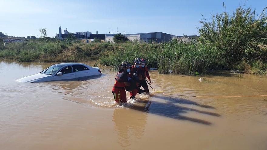 Rescatan al conductor de un turismo tras quedar atrapado en una rambla inundada en Molina