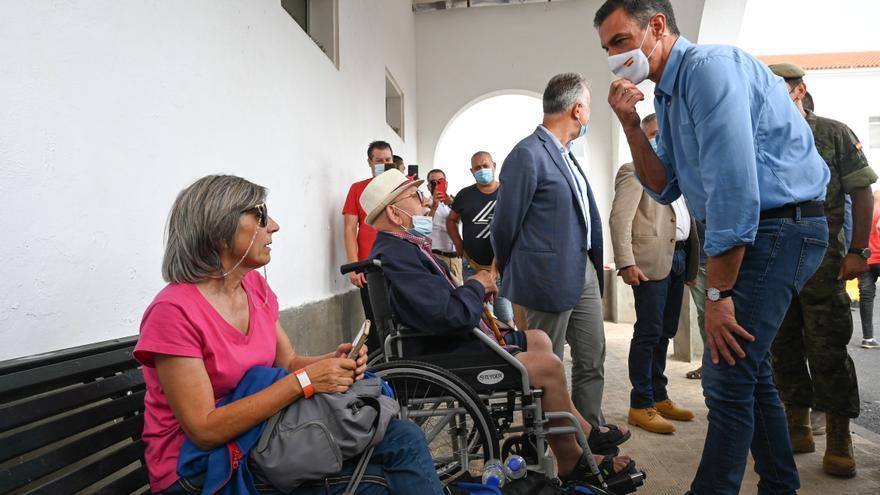Sánchez visita a los afectados por la emergencia volcánica del acuartelamiento de El Fuerte