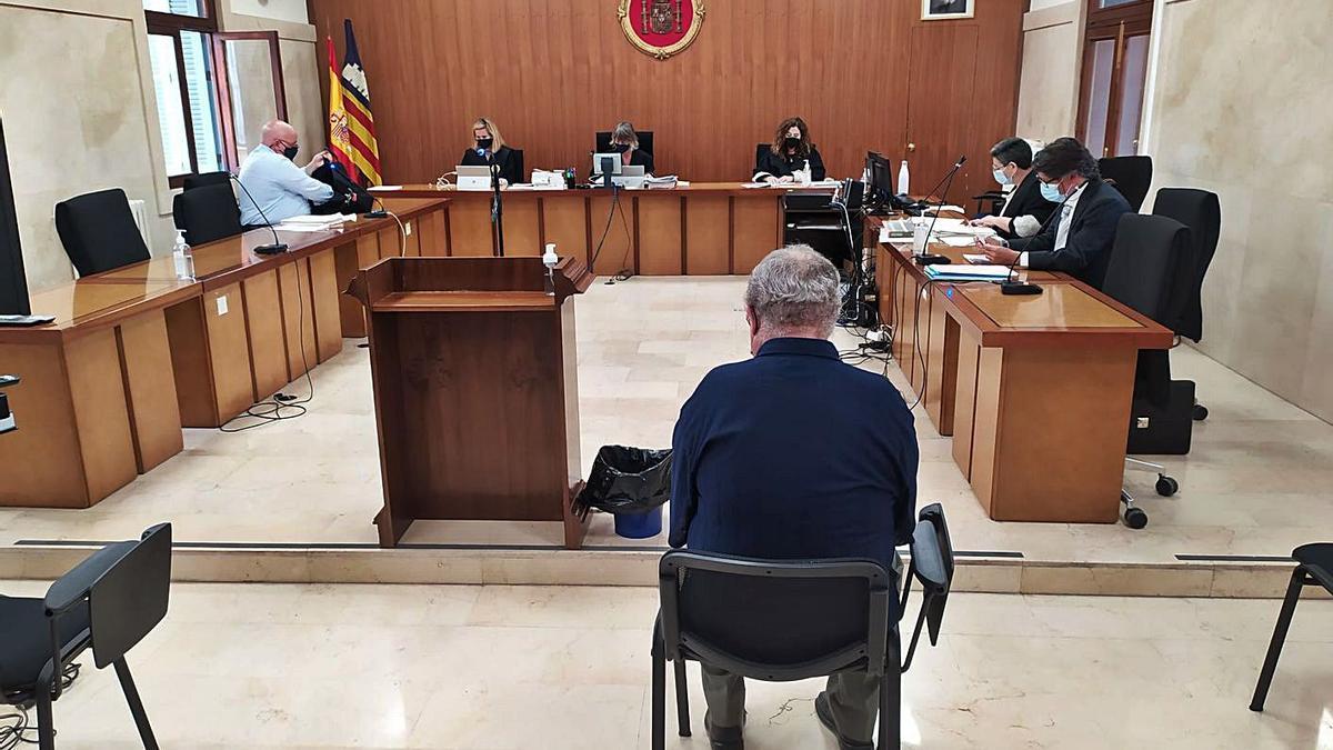 El sospechoso, durante el juicio celebrado ayer en la Audiencia Provincial de Palma.   M.O.I.
