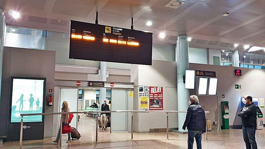 Air Nostrum suspende cuatro rutas y deja a Peinador sin su único vuelo internacional