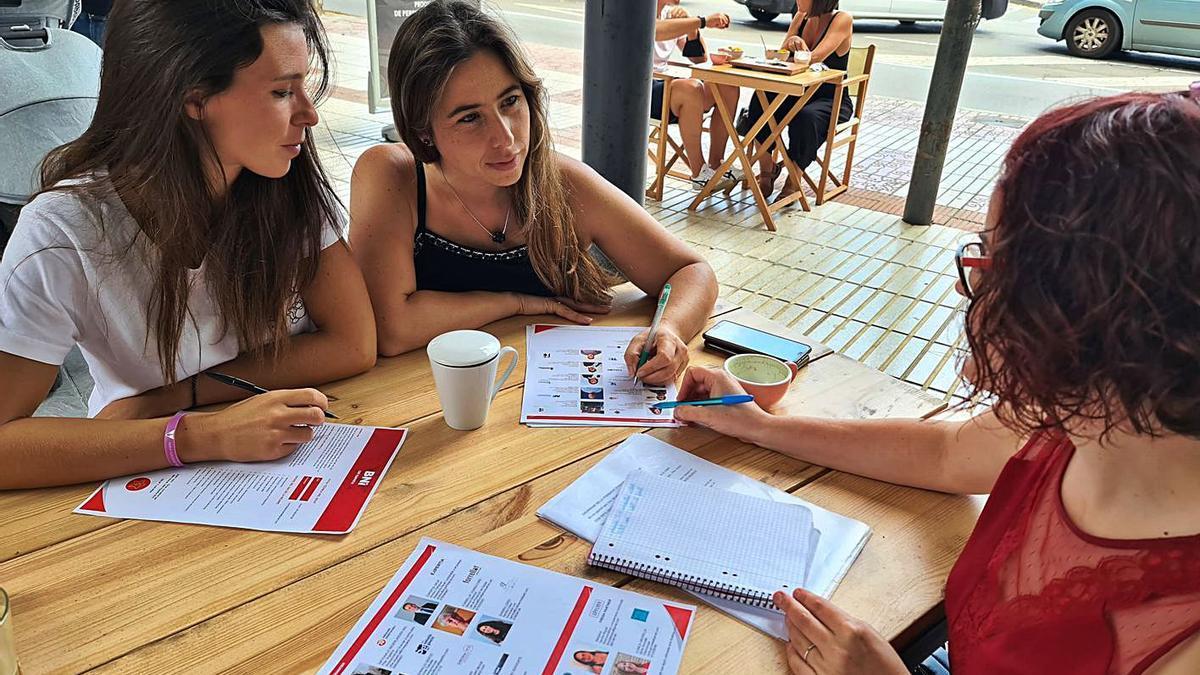 Tres membres del grup treballant en el seu projecte. | ACN
