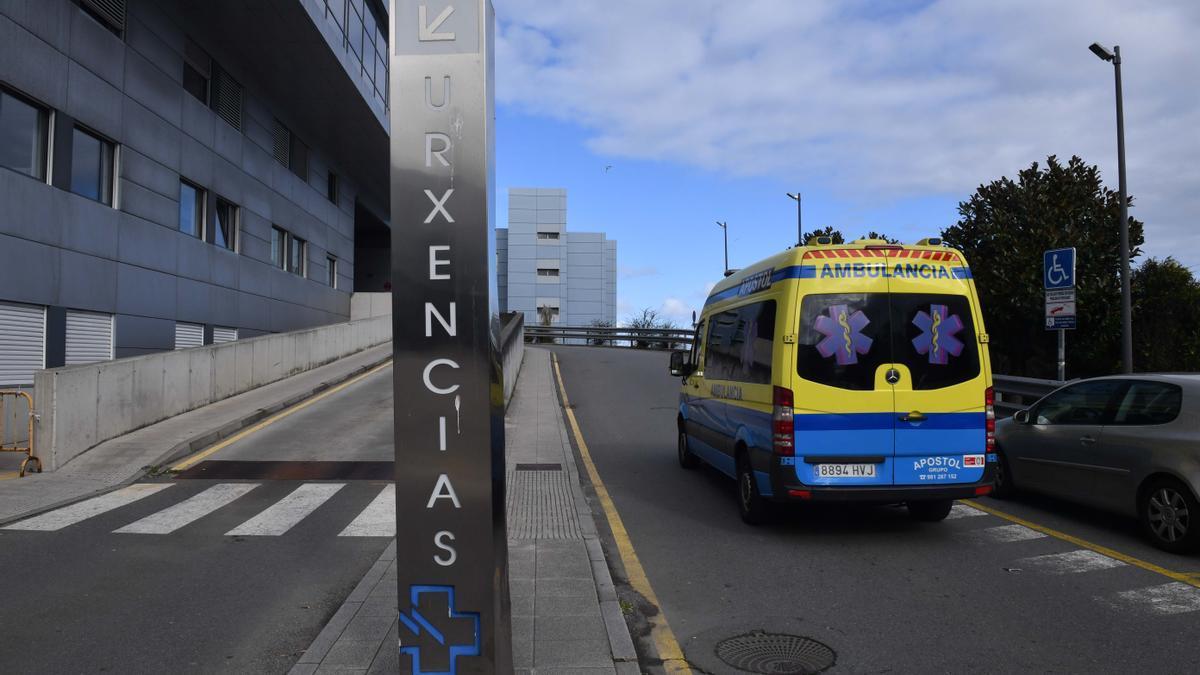 Una ambulancia en las inmediaciones de las Urgencias del Hospital de A Coruña.