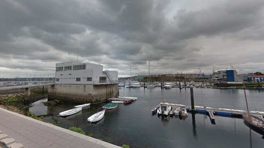 Un ciudadano rescata a una mujer de 80 años que cayó al agua en el puerto náutico de A Coruña
