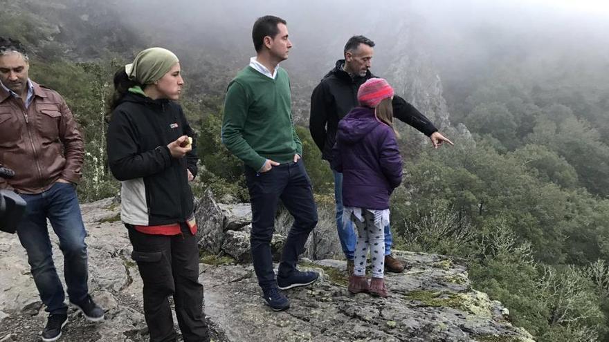 El tortuoso camino de unos escolares asturianos que recorre cada día 8 kilómetros de pista forestal para ir al cole