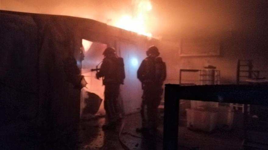 Extinguido el incendio de una nave en Lorca