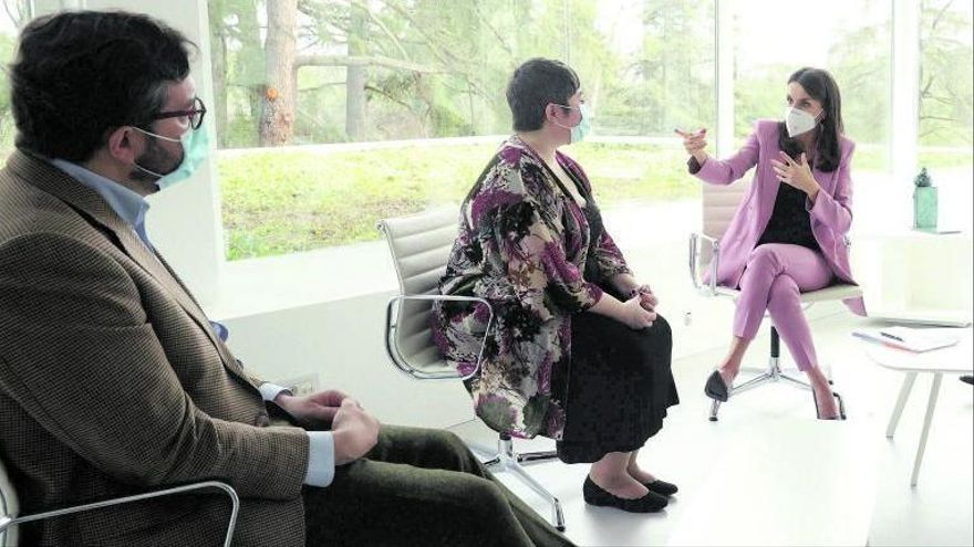 La Reina vuelve a ejercer de periodista en un coloquio con Hugo Fontela
