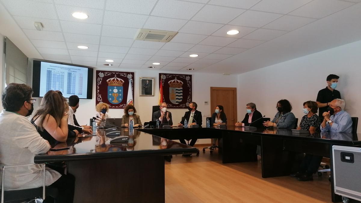 El delegado del Gobierno en Galicia y el alcalde de Miño acompañados por el resto de la Corporación durante el anuncio de la moratoria