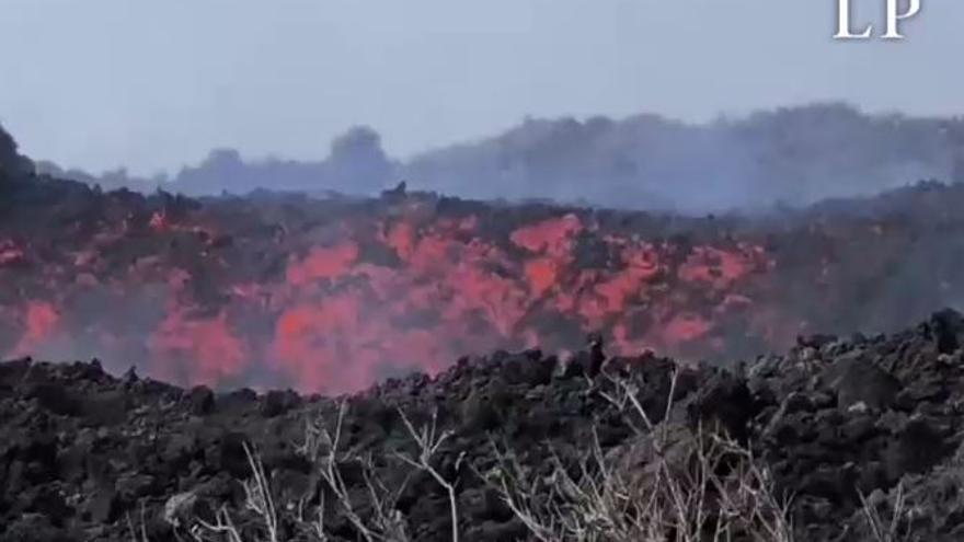 La nueva colada sur del volcán de La Palma se reactiva y discurre paralela a la primigenia por el Camino Aniceto