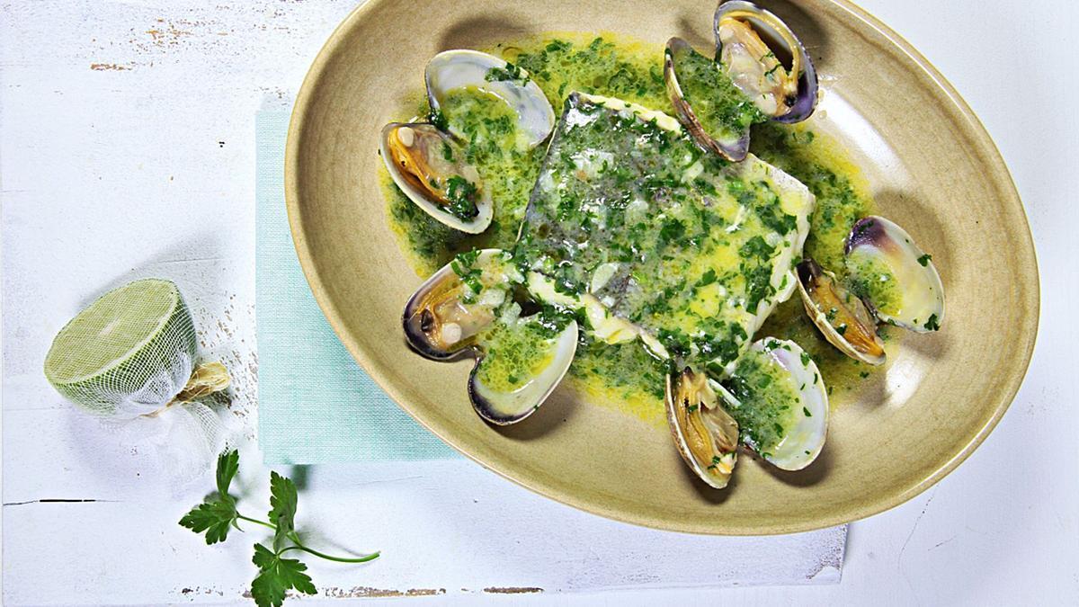 """Es braucht nur wenige Zutaten für die  """"merluza"""": Muscheln, Knoblauch, Olivenöl, Petersilie und Fischbrühe machen das Aroma perfekt."""