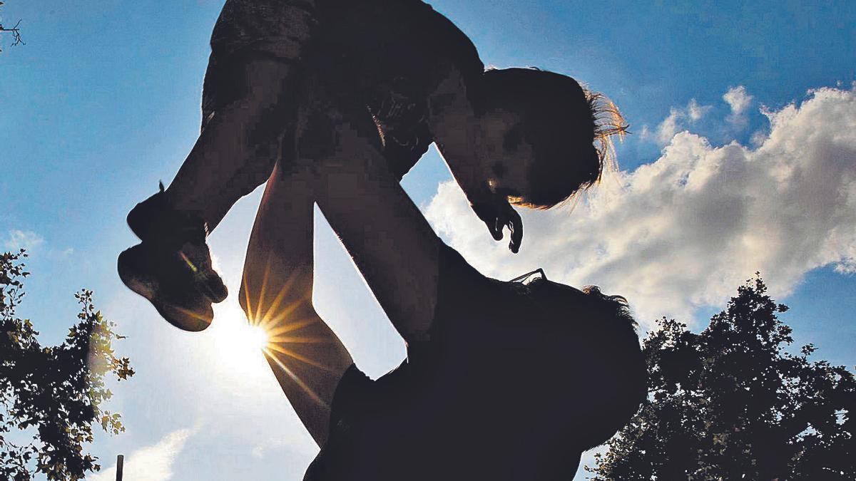 Un padre juega con su hijo.