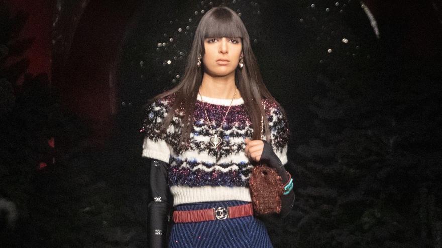 Una modelo presenta uno de los diseños de la colección otoño-invierno 2021/2022 de Chanel