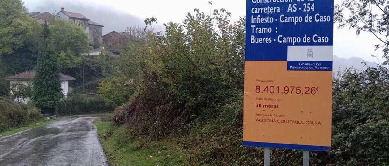 Cartel anunciador de las obras a la altura de la localidad de Bueres.
