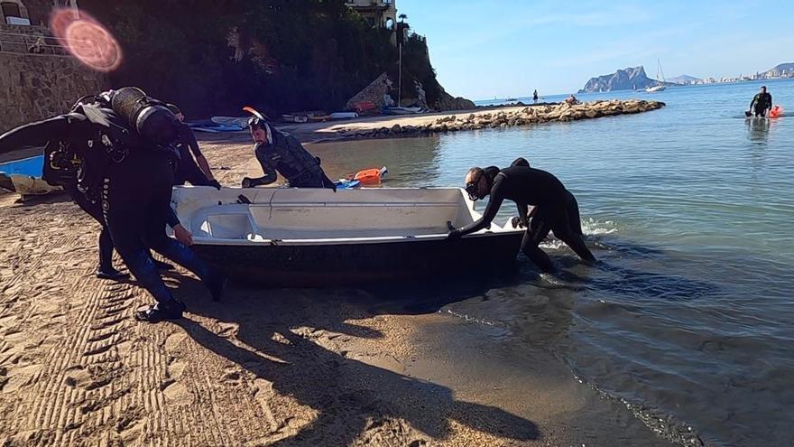 Extraen dos barcas de la playa del Portet de Teulada-Moraira que se hundieron por el temporal Gloria