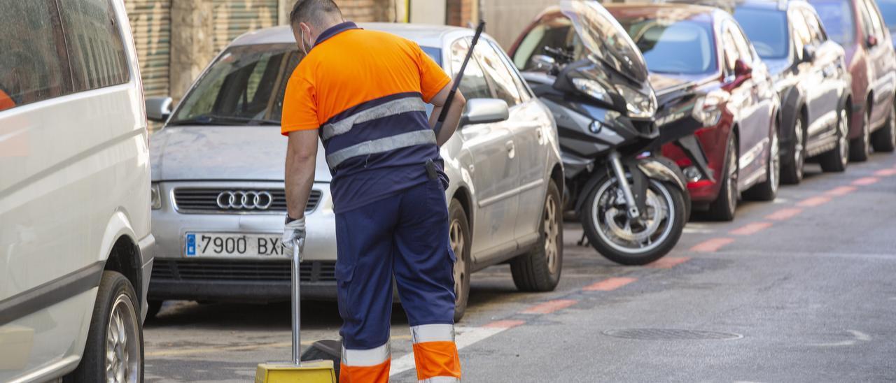 Un trabajador del servicio de limpieza viaria, en una calle de Alicante