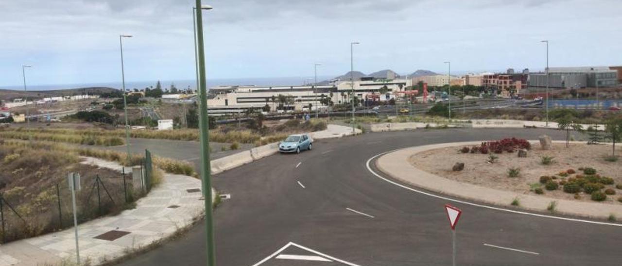 A la izquierda, vista de la zona donde se conectará la bajada de Almatriche con Juan Hidalgo. A la derecha, la conexión interrumpida con Siete Palmas.