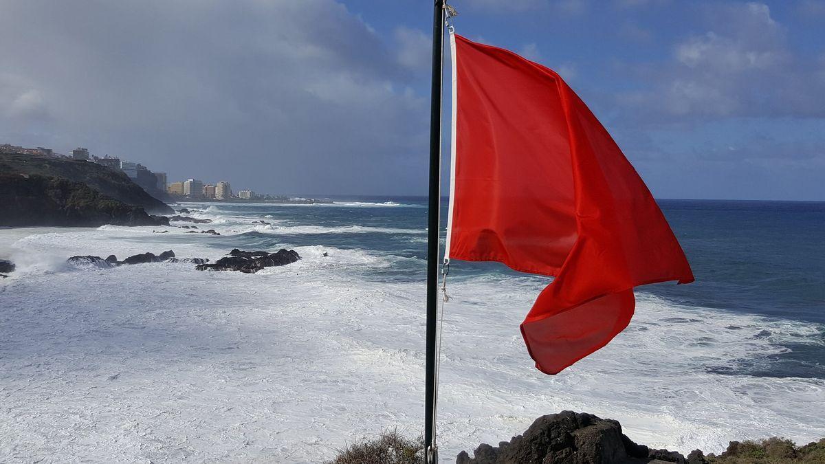 Bandera roja en una playa tinerfeña.