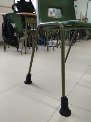 Detalle de las piezas de impresión 3D que permiten ajustar la altura de las sillas en el aula.