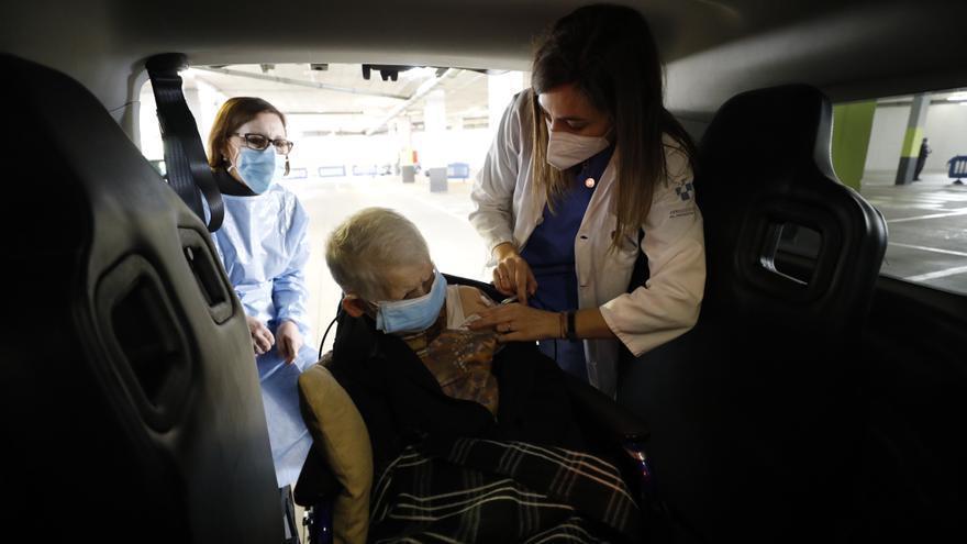 """""""Me gustaría vivir 120 años"""", afirma una de las primeras vacunadas en el nuevo autovac del HUCA"""