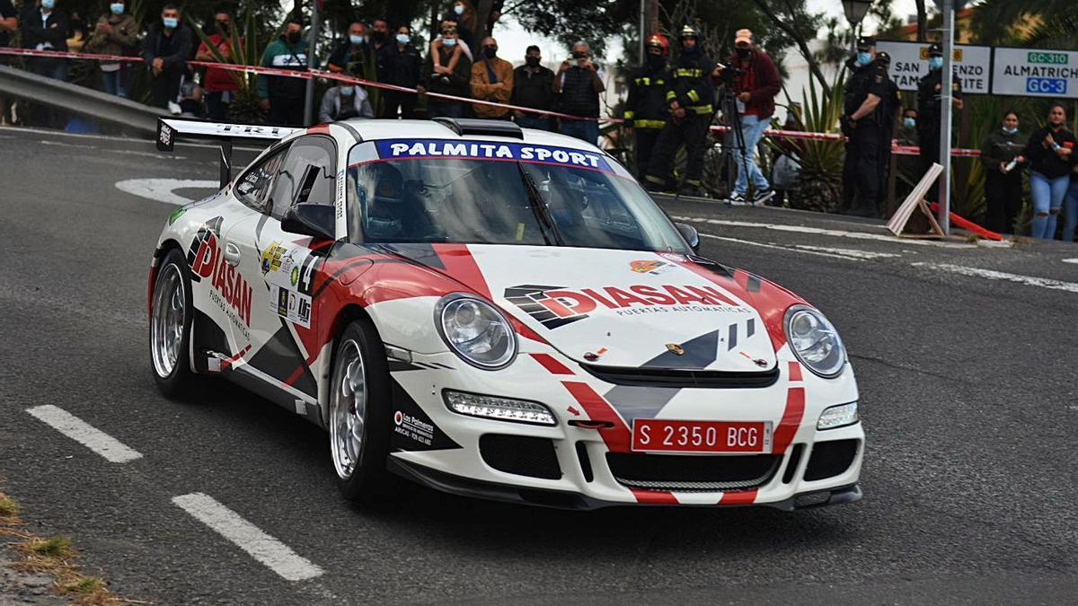 Julián Falcón y Jacob Páez, rodando ayer con su Porsche en el tramo de San Lorenzo. | |