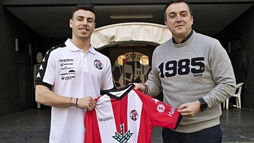 Diego Ordoñez y César Villafañe posan con la camiseta del Zamora CF en la presentación del jugador.