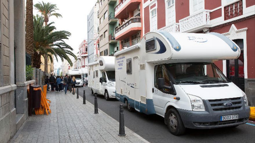 Un despliegue de caravanas desfila por Canalejas para el descanso de las superestrellas