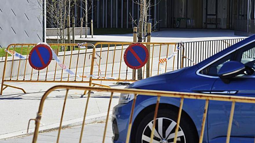Las calles del casco urbano se han llenado de vallas, algunas de ellas con utilidad, otras esperando su turno para ser usadas y otras simplemente aguardando que alguien pase a recogerlas. En mucho casos se han llegado a mimetizar con el mobiliario urbano.