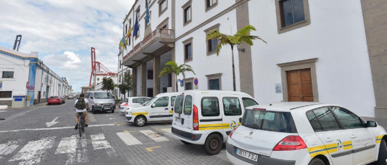 Vehículos estacionados frente a la sede de la Autoridad Portuaria de Las Palmas.