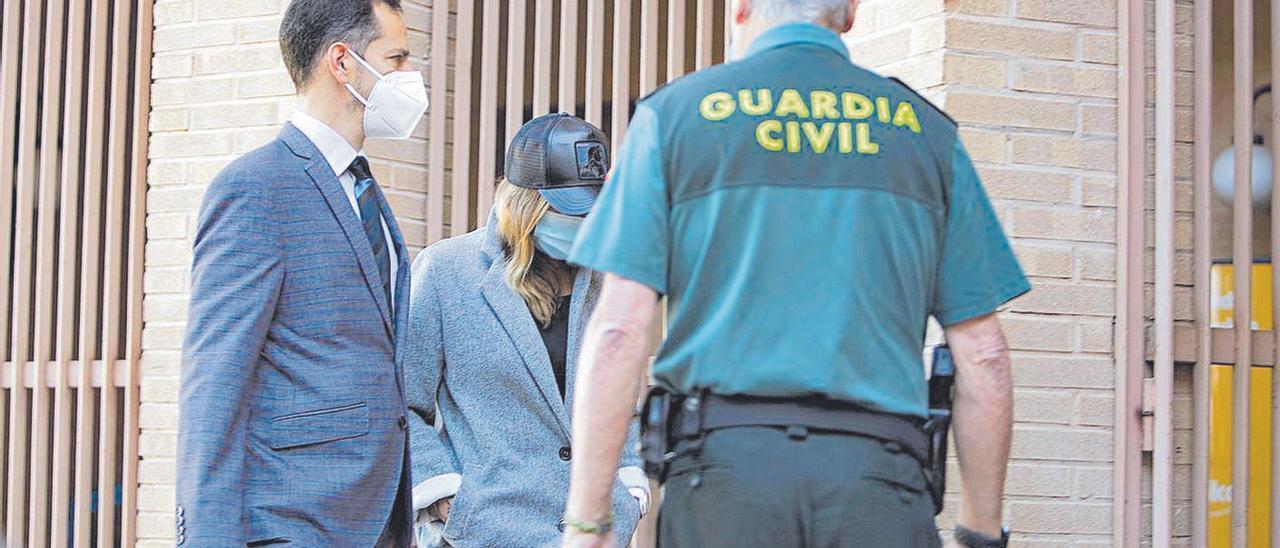 La acusada al llegar con su abogado al juzgado de Gandía