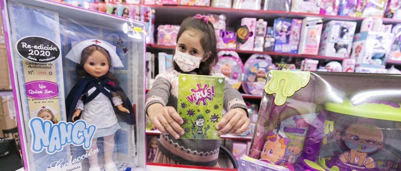 Cecilia Colunga, en una juguetería de Oviedo.