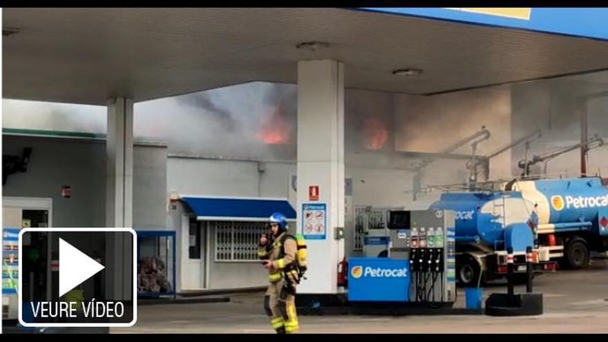 Un incendi amenaça una benzinera a Olot