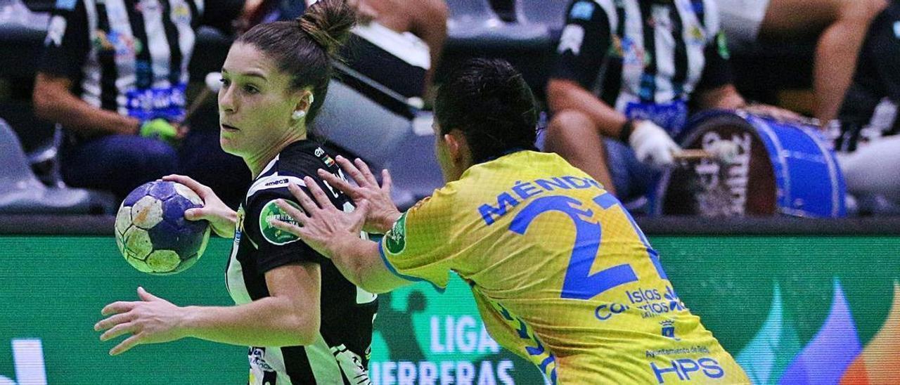 María González, jugadora del Rocasa Gran Canaria, intenta frenar la entrada de una rival durante el choque de ayer.     CB MÁLAGA