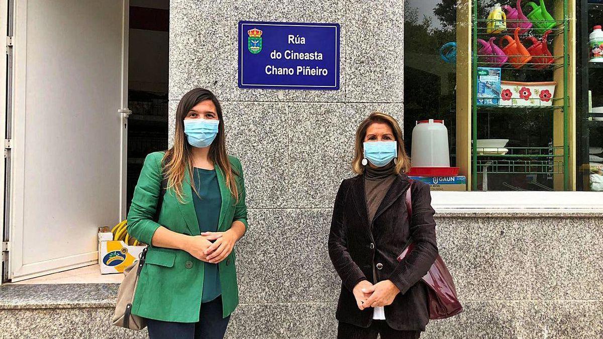 La alcaldesa de Forcarei y la viuda de Chano Piñeiro, ayer, ante una de las placas de su calle.