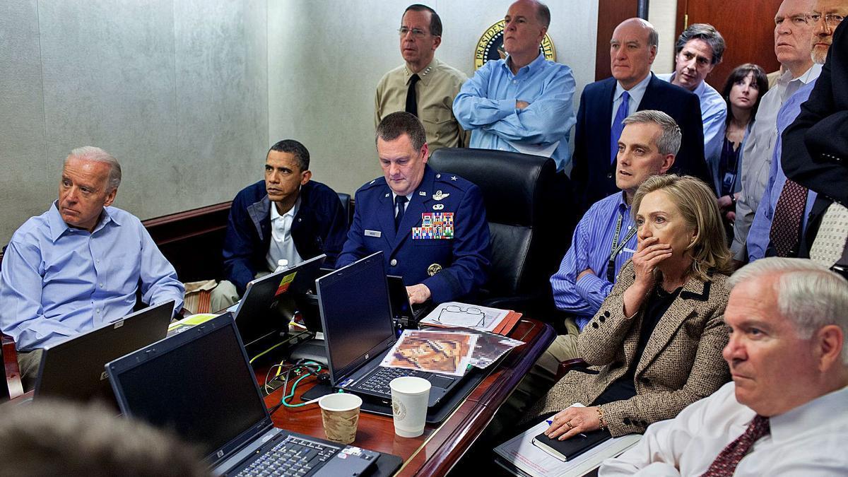 El presidente Obama, junto al entonces vicepresidente Biden, en el momento que los SEAL matan a Osama Bin Laden en Afganistán.     P.S