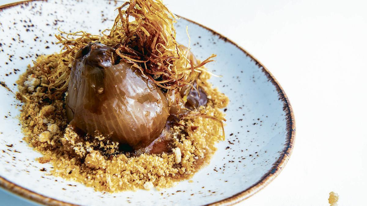 Un plato de cebollas rellenas de venado.