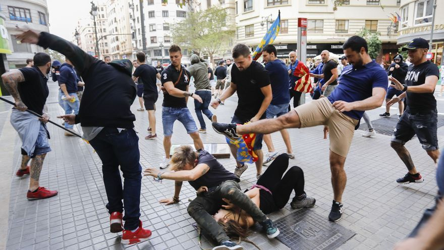 La Fiscalía pide de tres a siete años de prisión a los 28 procesados por las agresiones del 9 d'Octubre