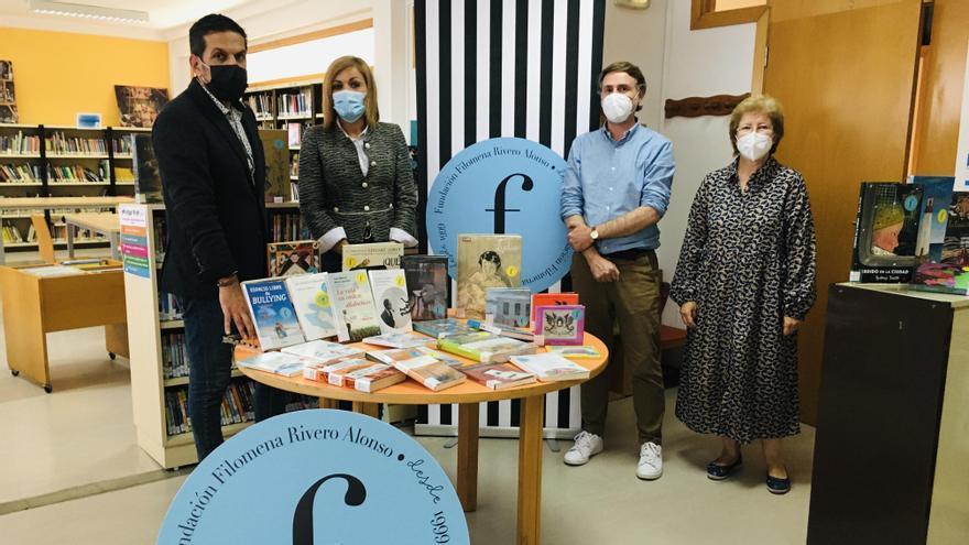 De izquierda a derecha, Daniel Boullosa, Digna Rivas, Telmo Crespo y Elena Becerra, ayer, en la biblioteca de Redondela. / FdV