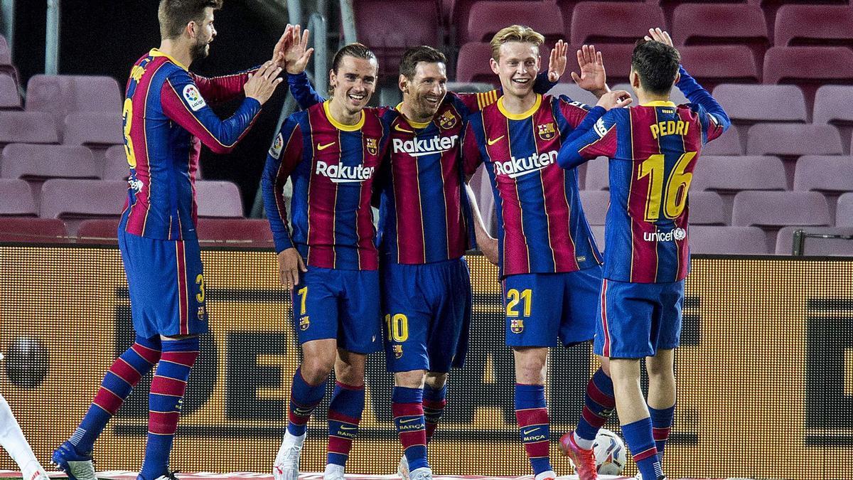 Los jugadores del Barcelona festejan uno de los goles de ayer de Messi. |  // EFE