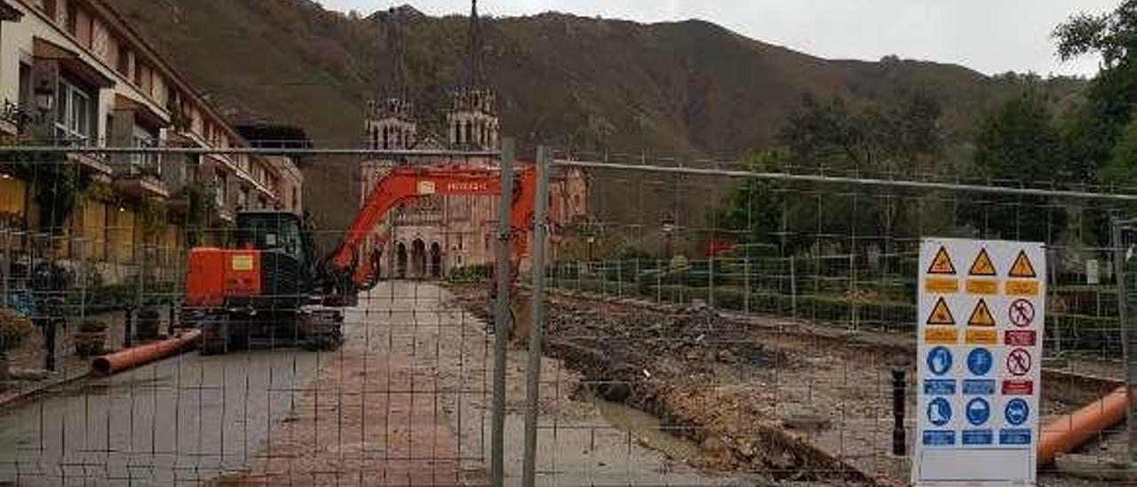 Las obras delante de la basílica de Covadonga.