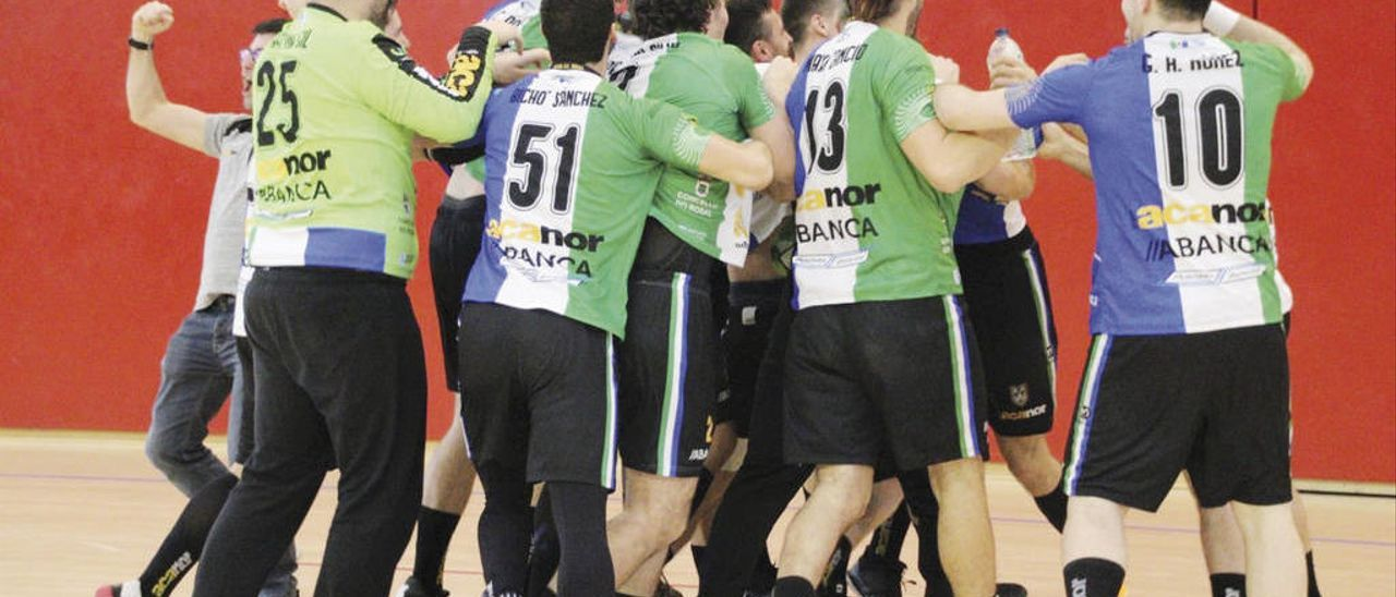 Los jugadores del Acanor celebran el gol de Henrique. // @Acanor_Novas