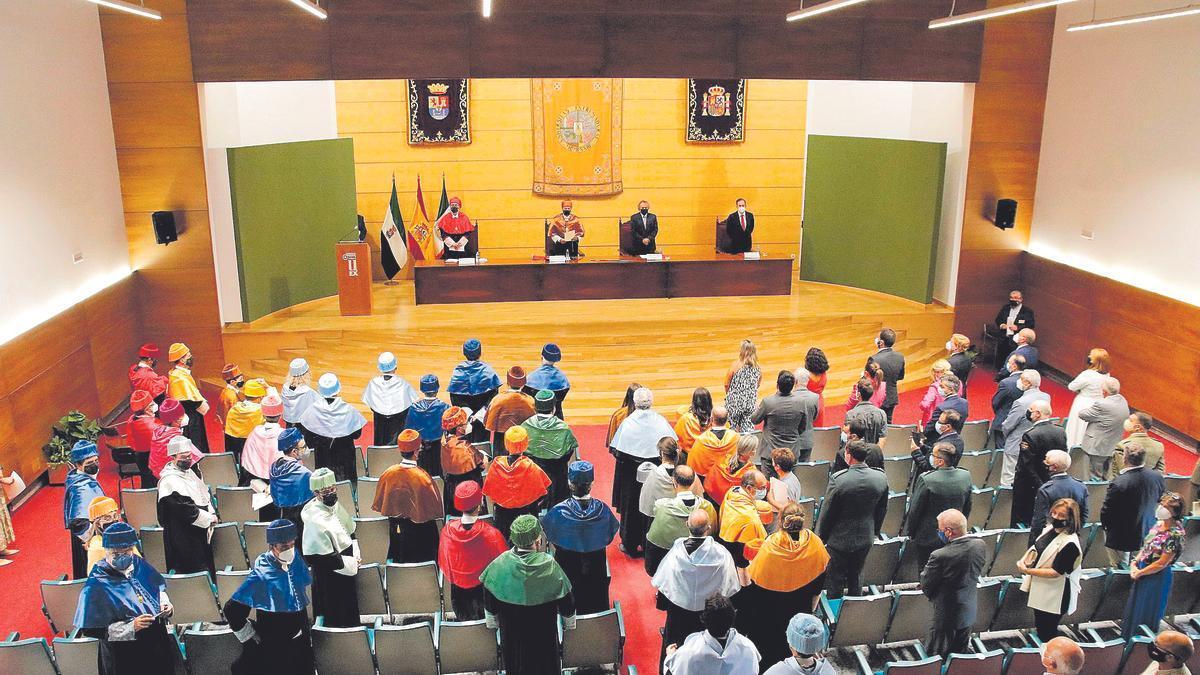 Autoridades y personal universitario durante el acto inaugural de apertura del nuevo curso universitario 2021-2022, ayer, en la Facultad de Empresa, Finanzas y Turismo, en Cáceres.