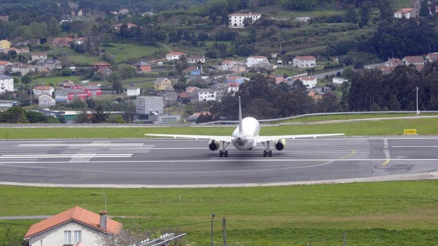Tres vuelos desviados a Santiago por falta de ayudas en el aterrizaje
