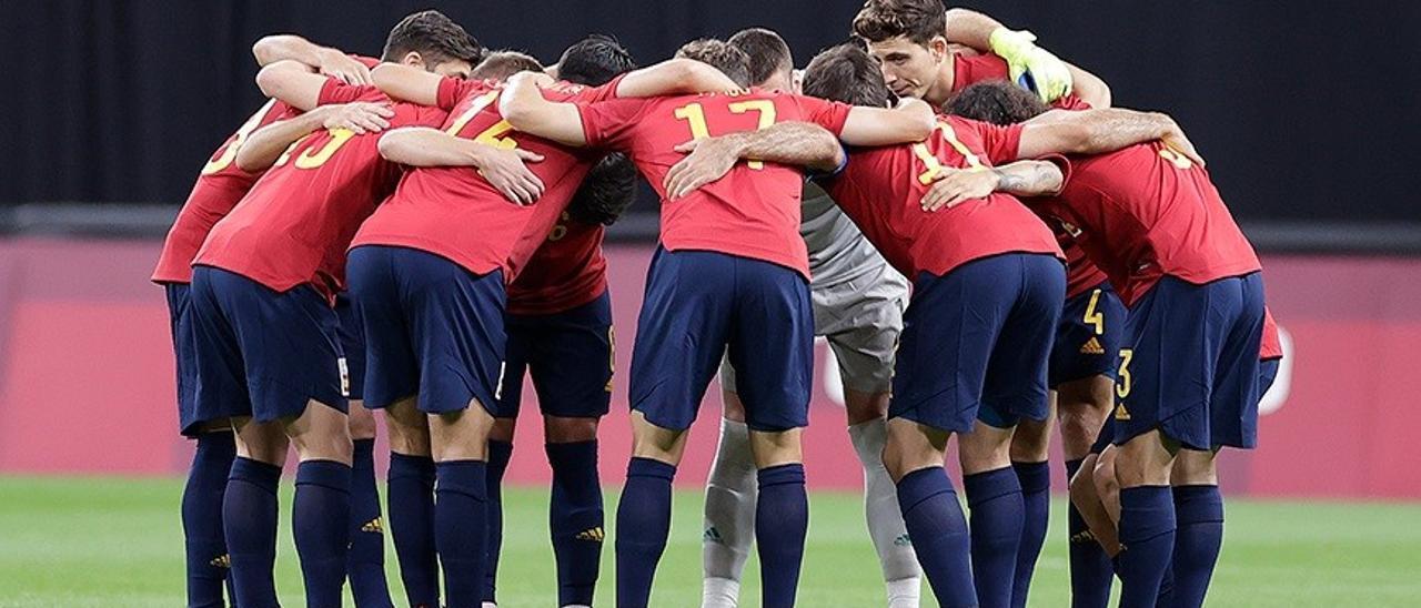 Los jugadores de la selección española se conjuran antes de un partido