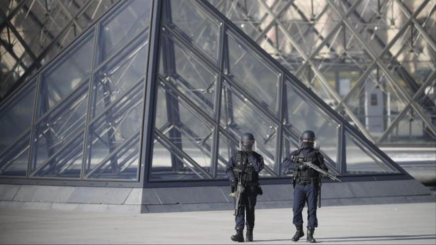 El sospechoso del ataque al Louvre entró a Francia con un visado de turista