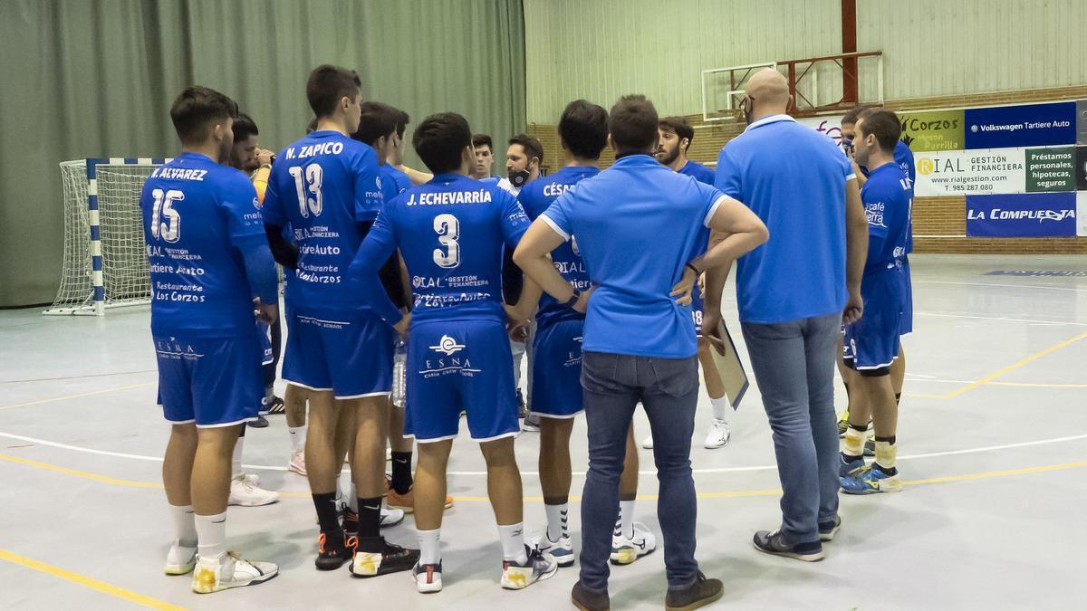 Toni Malla da instrucciones a los jugadores del Unión Financiera Base Oviedo
