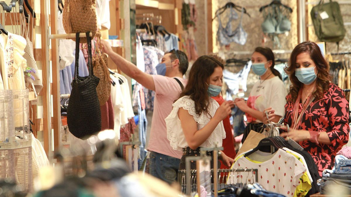 Clientes con mascarilla en el interior de un centro comercial en Ourense. // Iñaki Osorio